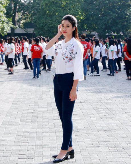 Hoa hau Do My Linh: 'Vui khi duoc thay co doi xu binh thuong' - Anh 3