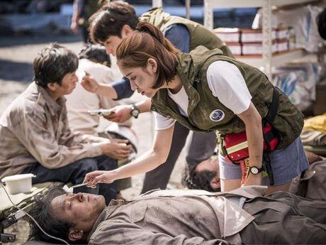 Nu y ta trong 'Hau due mat troi' suyt bo vai vi Song Hye Kyo - Anh 2