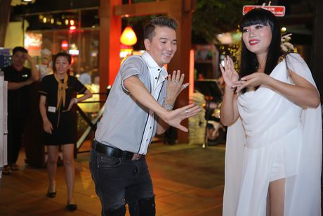 Quan quan 'Tuyet dinh song ca' bo nghe hat lo to de chay show cung Mr Dam - Anh 4