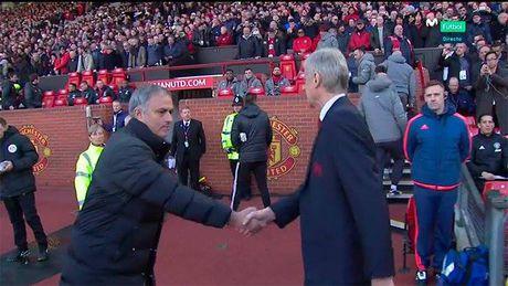 Mourinho va Wenger bat tay nhung khong them nhin nhau - Anh 2