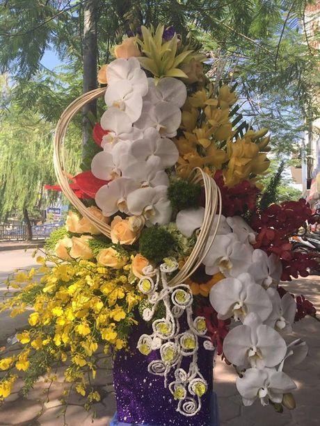 Thi truong 20/11: Mot lang hoa 2 trieu ruoi, cam khong kip de ban - Anh 2