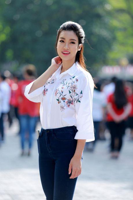 Hoa hau My Linh: 'Em van la co hoc tro nho cua cac thay co' - Anh 1
