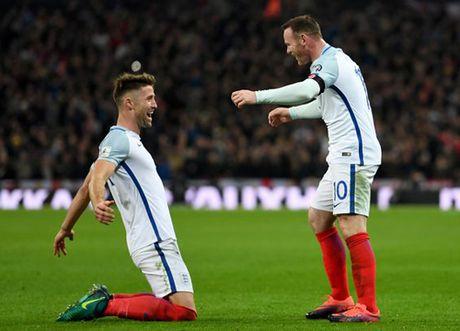 Wayne Rooney dinh chan thuong do... dam vao chai nuoc - Anh 1