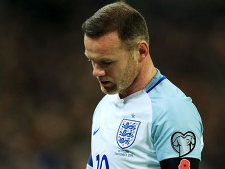 Wayne Rooney dinh chan thuong do... dam vao chai nuoc - Anh 3