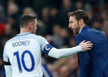 Wayne Rooney dinh chan thuong do... dam vao chai nuoc - Anh 4