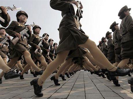 Ong Kim Jong-un yeu cau huan luyen cac nu xa thu thanh 'chien binh' - Anh 1