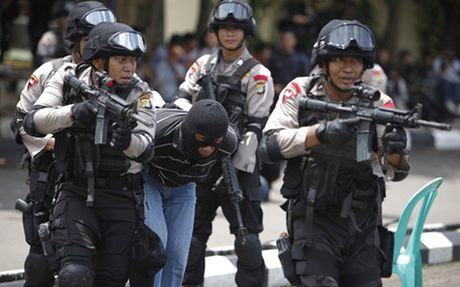 Indonesia bat 5 nghi pham khung bo - Anh 1