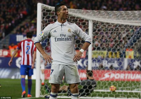 Cristiano Ronaldo lap hat-trick, Real Madrid thang vui dap Atletico - Anh 1