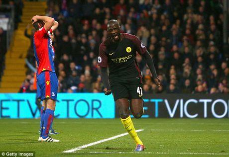 Bat ngo ra san va toa sang, Yaya Toure duoc Pep Guardiola khen het loi - Anh 1