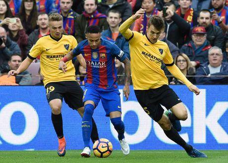 Neymar bat luc, Barca khong the thang 9 nguoi Malaga trong ngay vang Suarez va Messi - Anh 2
