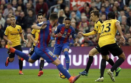 Neymar bat luc, Barca khong the thang 9 nguoi Malaga trong ngay vang Suarez va Messi - Anh 5