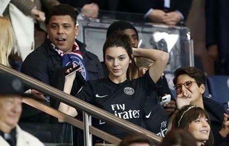 Kendall Jenner lai khien fan Juve thich thu - Anh 2