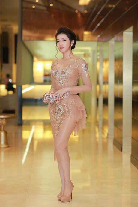 A hau Huyen My mac xuyen thau, goi cam kho cuong - Anh 1