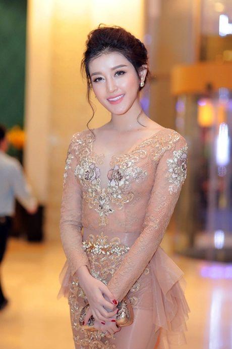 A hau Huyen My mac xuyen thau, goi cam kho cuong - Anh 4