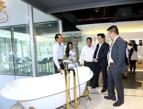 TOTO chinh thuc khai truong showroom dau tien do hang dieu hanh - Anh 2