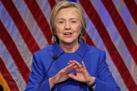 Ba Clinton xuat hien voi mat moc sau khi thua nhan that bai - Anh 1