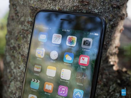 Apple chi trang bi man hinh OLED cho 1 model iPhone 8 - Anh 1