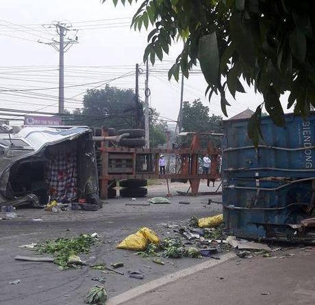 Tai nan lien hoan giua container va xe tai, 4 nguoi thuong vong - Anh 1