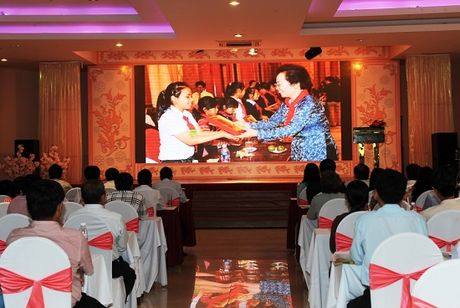 Son Tung M-TP van chay show giua tin don chia tay ong bau Quang Huy - Anh 3
