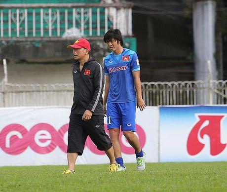 Bau Duc len tieng ve viec dieu tri chan thuong cho cau thu Tuan Anh - Anh 2