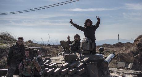 Video chien su Syria: Ten lua chong tang thoi bay xe phien quan, linh Syria va khung bo dau phao - Anh 1
