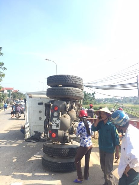 Ha Noi: Container dau dau xe tai, 6 nguoi thuong vong - Anh 3