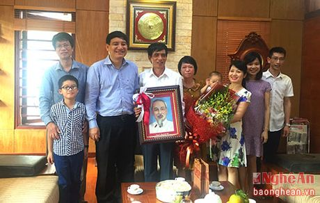 Bi thu Tinh uy Nguyen Dac Vinh chuc mung cac nha giao nhan ngay 20/11 - Anh 1