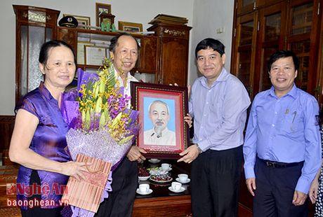 Bi thu Tinh uy Nguyen Dac Vinh chuc mung cac nha giao nhan ngay 20/11 - Anh 2