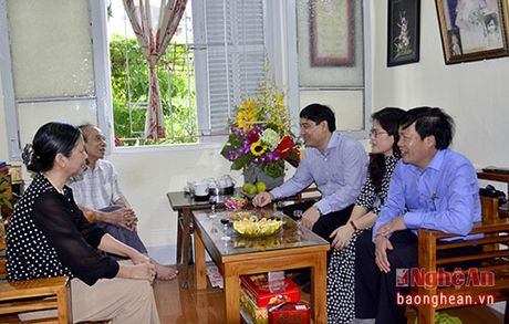 Bi thu Tinh uy Nguyen Dac Vinh chuc mung cac nha giao nhan ngay 20/11 - Anh 3