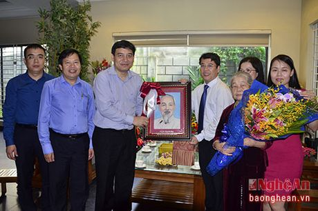 Bi thu Tinh uy Nguyen Dac Vinh chuc mung cac nha giao nhan ngay 20/11 - Anh 5