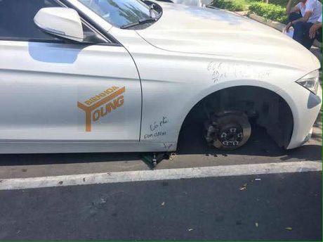 BMW mat banh xe khi dau trong benh vien - Anh 1