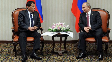 Duterte gap Putin: Phuong Tay gay chien, so tham chien - Anh 1