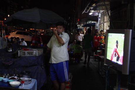 Nguoi Myanmar xem MU vs Arsenal ben chiec tivi cu - Anh 1