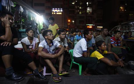 Nguoi Myanmar xem MU vs Arsenal ben chiec tivi cu - Anh 3