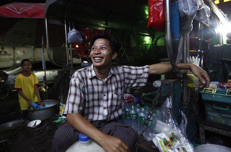 Nguoi Myanmar xem MU vs Arsenal ben chiec tivi cu - Anh 4