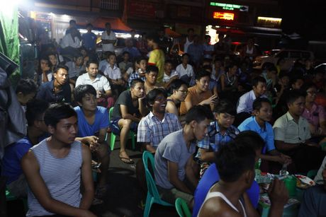 Nguoi Myanmar xem MU vs Arsenal ben chiec tivi cu - Anh 5