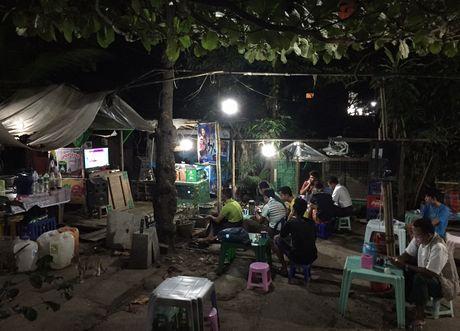 Nguoi Myanmar xem MU vs Arsenal ben chiec tivi cu - Anh 7