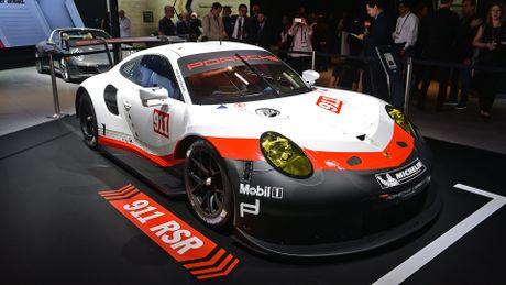 Porsche gioi thieu xe dua 911 RSR dong co dat giua - Anh 1