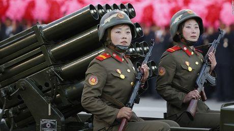 Ong Kim Jong-un xem nu xa thu pho dien ky nang chien dau - Anh 1