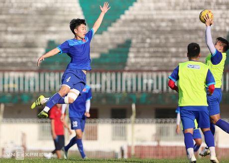 [Anh]: Cong Phuong, Xuan Truong bi dong doi ep hit dat - Anh 1