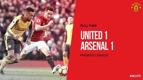 Cham diem MU 1-1 Arsenal: 'Nguoi hung' Giroud che mo 'bom tan' Pogba - Anh 1