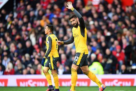 Cham diem MU 1-1 Arsenal: 'Nguoi hung' Giroud che mo 'bom tan' Pogba - Anh 25