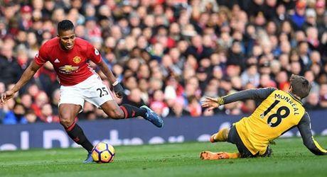 Cham diem MU 1-1 Arsenal: 'Nguoi hung' Giroud che mo 'bom tan' Pogba - Anh 3