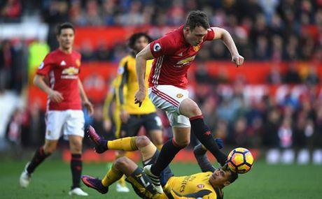 Cham diem MU 1-1 Arsenal: 'Nguoi hung' Giroud che mo 'bom tan' Pogba - Anh 4