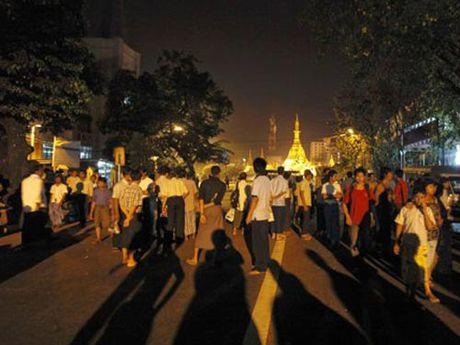 Danh bom tai Yangon, bang B AFF Cup 2016 rung chuyen - Anh 1