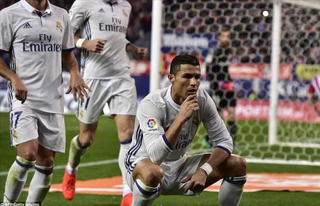 Soc: Ronaldo bi tay sung ban tia de doa tinh mang - Anh 1