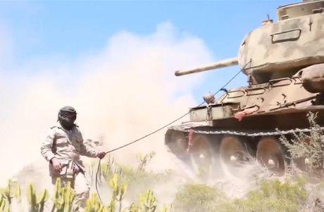 Hoang hon canh xe tang T-34-85 tac chien o Yemen - Anh 1