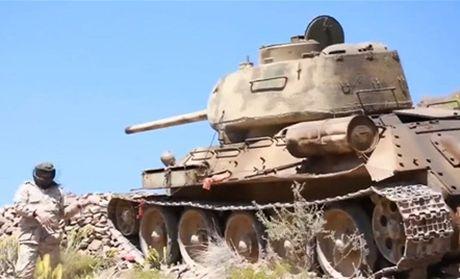 Hoang hon canh xe tang T-34-85 tac chien o Yemen - Anh 2