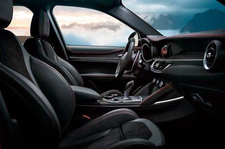 Crossover Alfa Romeo Stelvio tham vong 'dau' Mercedes GLC - Anh 4