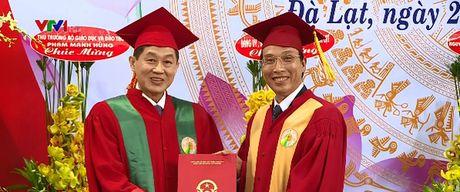Doanh nhan Viet kieu dau tien nhan bang Tien si danh du - Anh 1